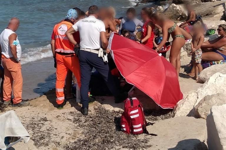 La donna soccorsa in spiaggia