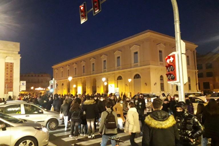 La folla in centro a Bari