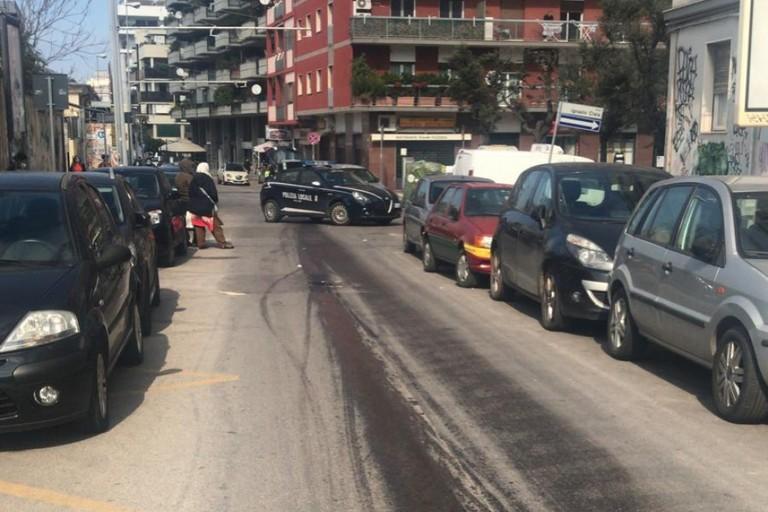 La scia di olio su via Benedetto Croce