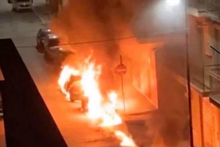 Le auto in fiamme a Gravina