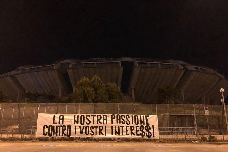 Lo striscione dei tifosi a Bari
