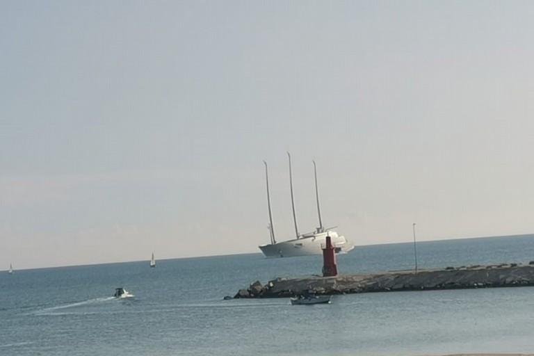 Lo yacht