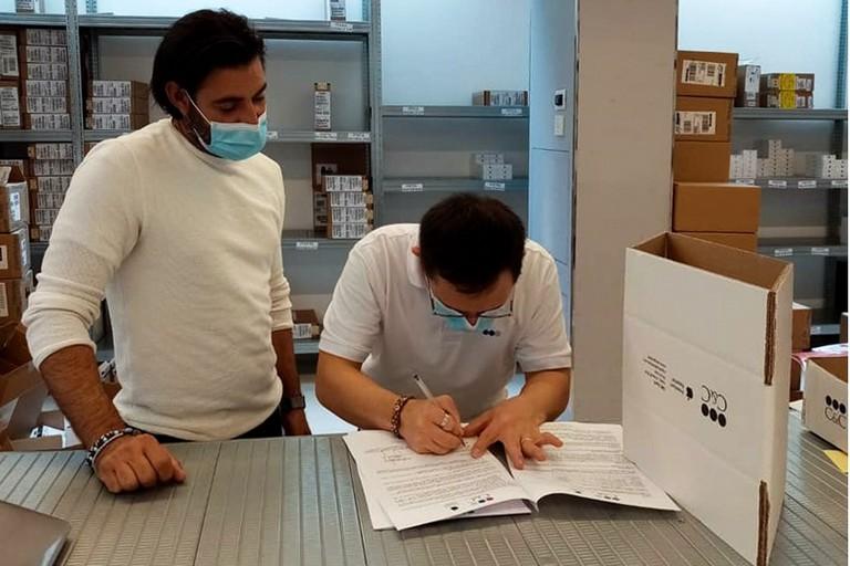 Maurizio De Caro firma il suo contratto di assunzione