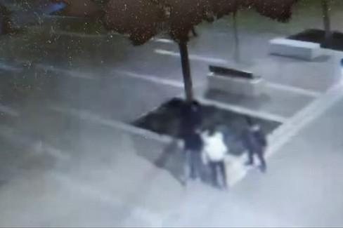 Il cestino fatto esplodere con un petardo da quattro minorenni