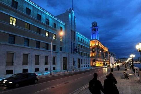 La torre della città metropolitana illuminata di blu