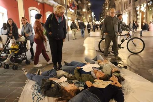 Il Die-In di Fridays for Future in via Sparano