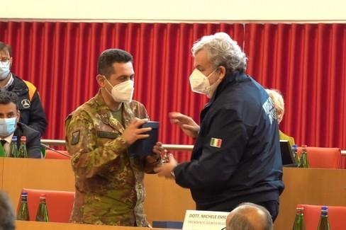 Emiliano dona al generale Figliuolo la manna di San Nicola
