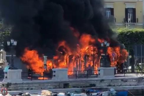 Bari, autobus prende fuoco in centro