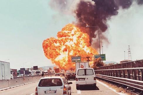 Le immagini del terribile incidente stradale a Bologna