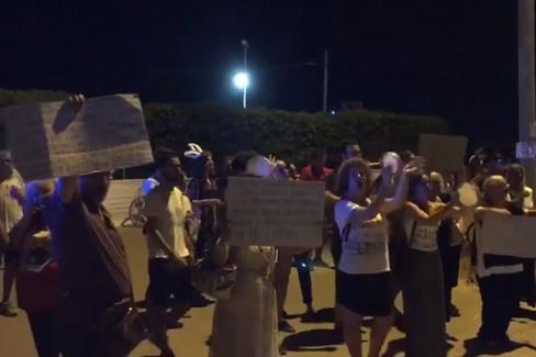 """Alcuni contestatori cantano  """"Bella Ciao """" contro Salvini"""