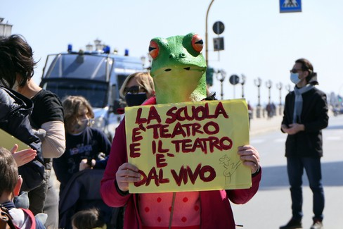 Scuola, sanità e spettacolo: sit in di protesta davanti alla Regione Puglia