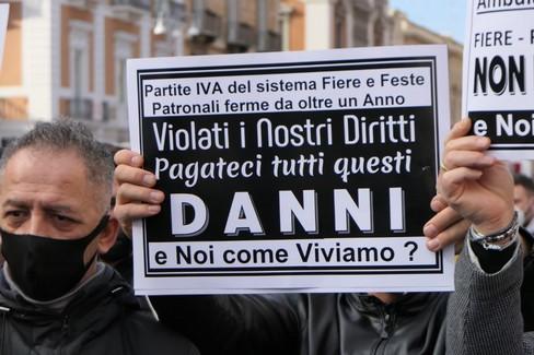 """Bari, la protesta dei ristoratori:  """"Pronti a riaprire """""""