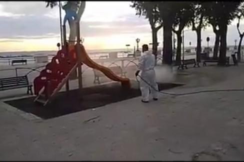 Sanificazione delle giostrine a Bari