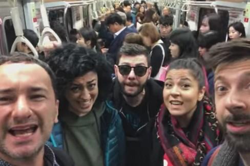 I Mezzotono cantano in dialetto nella metro di Seul