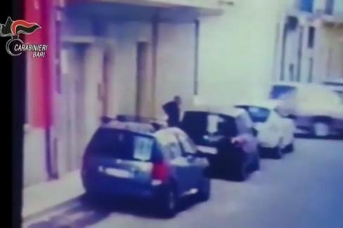 Le immagini che incastrano il 41enne di Bari