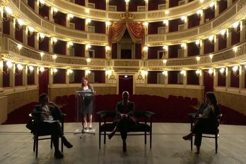 Su il sipario del Piccinni per l'evento social del Comune di Bari