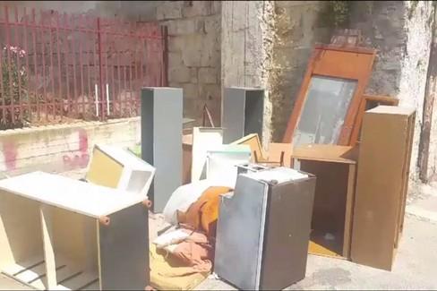 Abbandono rifiuti in via Pietro Oreste