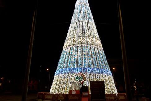 L'accensione dell'albero donato a Bari da Fondazione Megamark