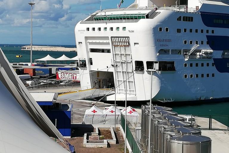 nave rhapsody bari porto migranti