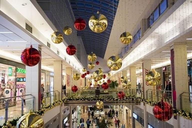 Un centro commerciale addobbato per Natale