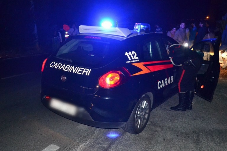 Una volante dei carabinieri di notte