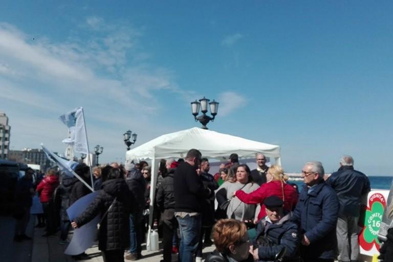 I malati neurodegenerativi protestano sotto la Regione Puglia: «Quasi un anno senza sussidio»