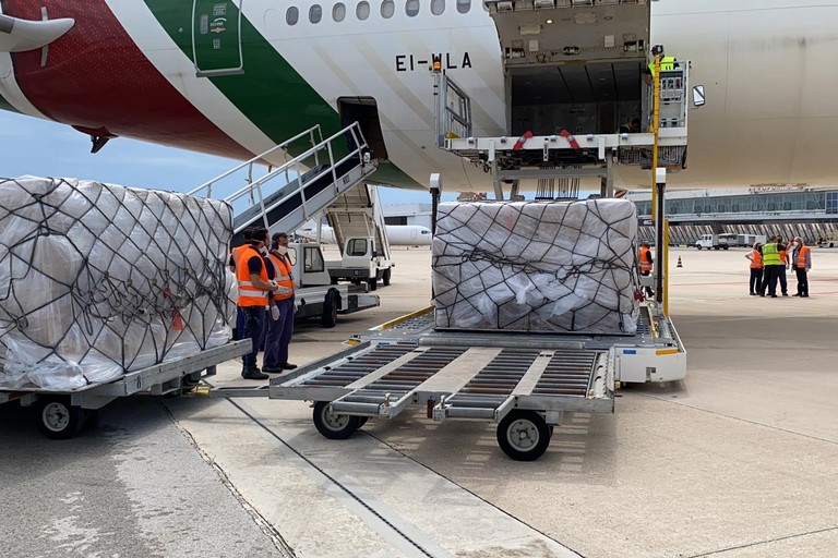 Le tute arrivate in aeroporto a Bari