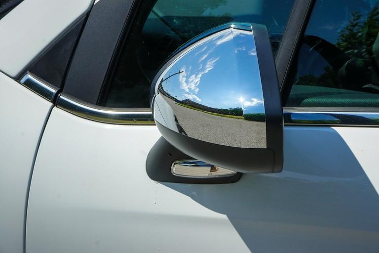 Uno specchietto auto