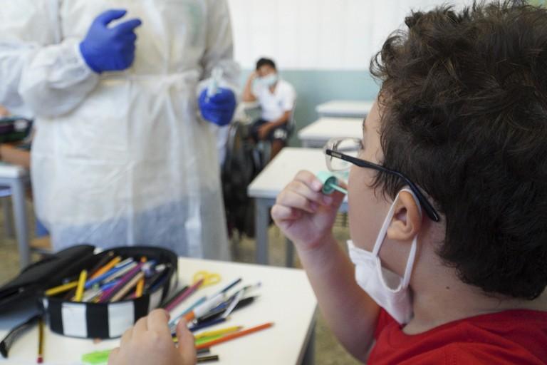 Monitoraggio Covid a scuola, a Bari si parte con i test salivari