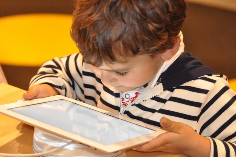 Un bambino davanti ad un tablet