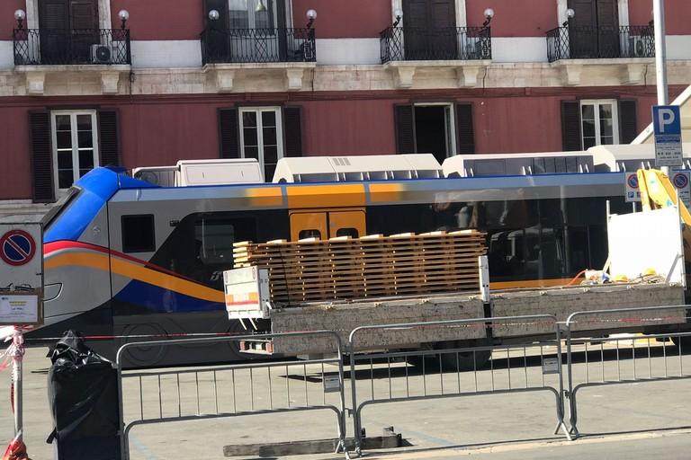 Il vagone in piazza Prefettura