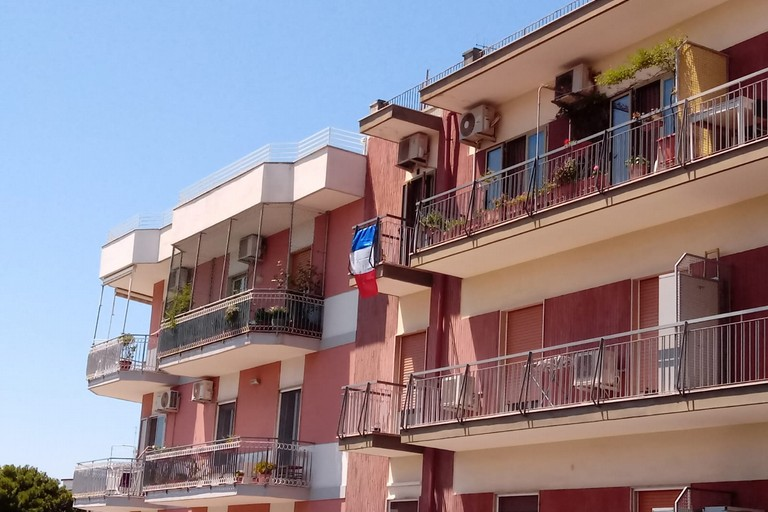 Una bandiera francese in via Fanelli