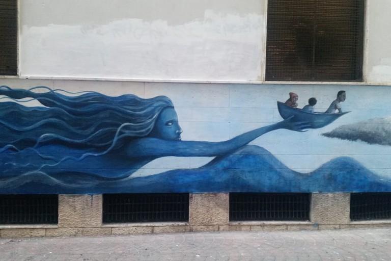 Bari, in via Fornari una sirena salva migranti in un murales di Giuseppe D'Asta