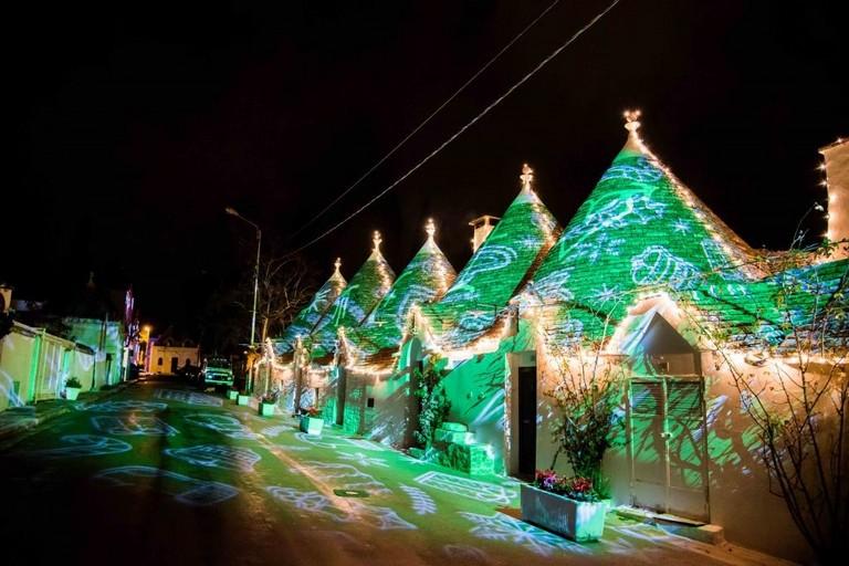 i trulli di alberobello s'illuminano di verde. <span>Foto federica mancini</span>